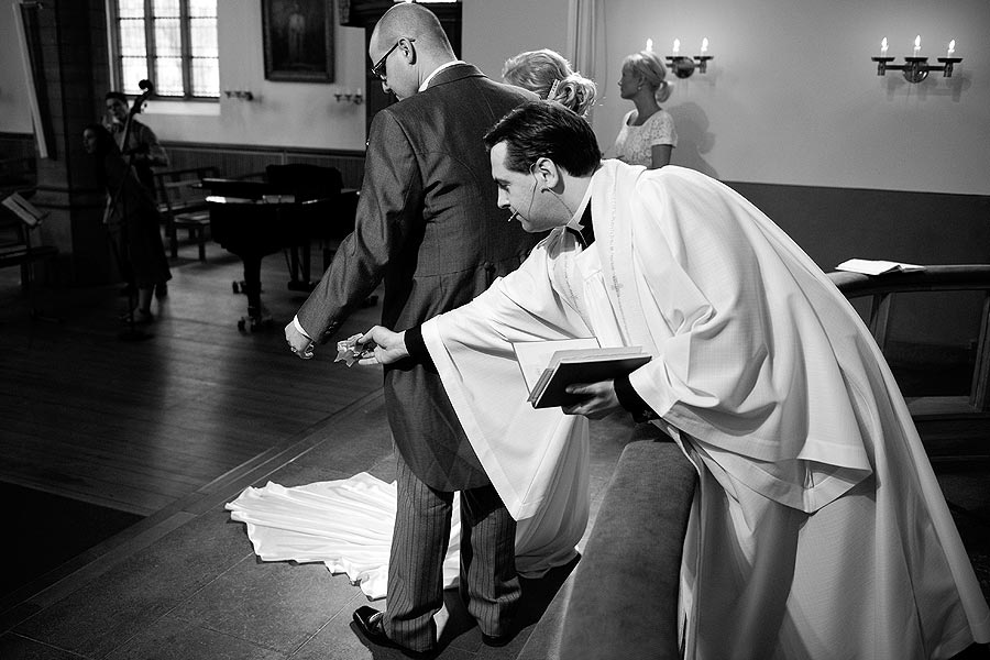 bloopers-helpful-church-priest-at-wedding